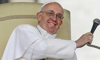 Un jeune enfant handicapé monte aux côtés du pape